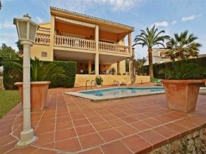 En la tranquila zona de Bahía Azul se encuentra esta villa grande y bien equipada