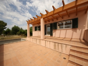 Casa nueva con piscina en Cala Mandia.