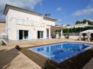 casa independiente con piscina en segunda linea del mar en Sa Coma.