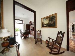 Casa que hace esquina con garaje y amplio patio en Manacor