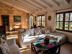 Encantadora finca en Santa Margarida en un entorno tranquilo con vistas a las  montañas y campos .