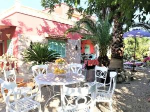 Casa en el pueblo de Pina con un solar de unos 600m2, con piscina