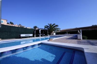 Chalet con piscina en Cala Anguila